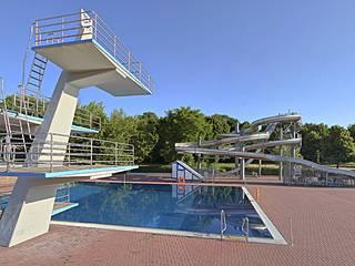 Sprungturm und Wasserrutsche im Sommerbad Pankow. © Berliner Bäder-Betriebe